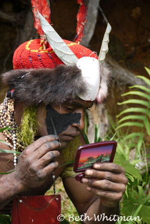 Tribesman putting on makeup at Mt. Hagen Show