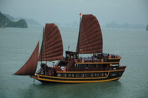 Dragon\'s Pearl boat